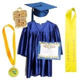 Bleu de ciel brillant en gros de robes et de chapeaux de graduation de jardin d'enfants