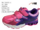 Deux chaussures d'enfants d'unité centrale de couleurs