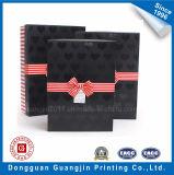 Caja de regalo de papel en relieve en forma de corazón con cinta