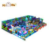 Glückliche Kind-Unterhaltung scherzt Spielplatz-Gerät