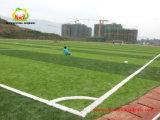 最高レベルのフットボールの競争のための耐久および自然な見る人工的な草の泥炭