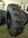 Schräger landwirtschaftlicher Traktor-Reifen
