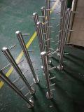 Une Balustrade en acier inoxydable de la main courante de rampe d'escalier de verre et le support de montage