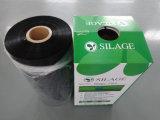 黒いカラーによって吹かれるサイレージの覆いのフィルム