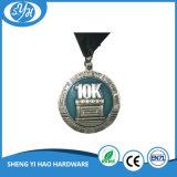 締縄が付いている骨董品のステンドグラスのマラソンメダル