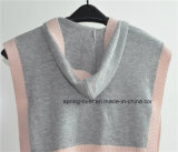 女の子の帽子が付いている袖なしの編まれたセーターのポンチョ