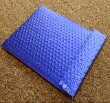 青い多郵便利用者は多郵便利用者の自己のシールの平らな出荷の泡エンベロプを袋に入れる