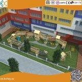 Im Freienabenteuer-hölzerner Spielplatz für Kinder
