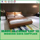 明るいカラー現代寝室の革ベッド