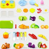 Taglio felice delle verdure e delle frutta tagliato imparando i giocattoli