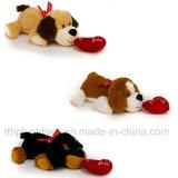 Della fabbrica giocattolo sveglio del cane della peluche direttamente con cuore per il giorno del biglietto di S. Valentino