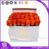 Коробка белого квадрата упаковывая с логосом золота для цветков