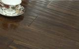 旧式な手によって擦られるかえでの堅材のフロアーリング