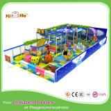 Cour de jeu d'intérieur commerciale avec des modèles colorés