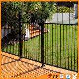 La parte superior plana de hierro ornamentales valla de jardín