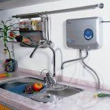 Generatore fissato al muro dell'ozono della cucina domestica con il depuratore di acqua dell'aria