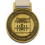 締縄のエポキシの紋章のフットボールのギフトが付いている模造エナメルの連続したメダル