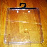 Bolso de la percha del PVC del claro de la alta calidad del OEM con el botón