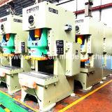 Die Maschine betätigen, die für die Metallformung verwendet wird