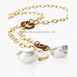 真珠のネックレスが付いている方法女性のチェーンネックレス及びペンダント