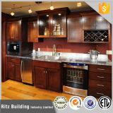 De vrije Klassieke Witte Aangepaste Keukenkasten van het Ontwerp