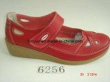 Testa della signora Leather Wedge Belt Round con i sandali casuali dei piedi