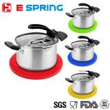 台所は耐熱性シリコーンのTrivetのマットの鍋つかみに用具を使う