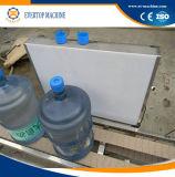 Бочонок выпивая минеральную чисто машину завалки воды