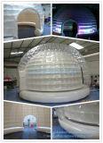 密封される膨脹可能な空気イグルーのドームをつける