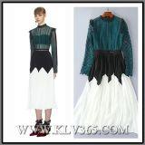 Form-Frauen, die Abschlussball-Kleid kleiden