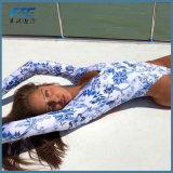 青および白い磁器の長い袖の成長した方法ビキニの水着