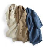 女性ウールのジャケットの倍は方法コートにボタンをかける