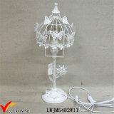 La pittoresque belle lampe de table en métal blanc rouillé avec papillon