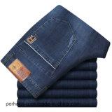 O Mens da parte alta veste calças de brim retas ocasionais do estiramento do negócio