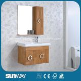 ミラーが付いている壁に取り付けられた純木の浴室の家具