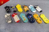 Los Mens de los calcetines del tobillo del telar jacquar de la historieta crean calcetines para requisitos particulares al por mayor