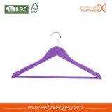 Gancio di vestiti viola della camicia di colore con la barra del gancio