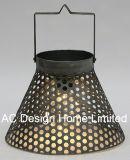 旧式で装飾的な円形の電流を通された金属のキャンプのランタンW/LEDの電球
