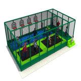 O campo de jogos interno com plástico desliza associações do Trampoline e da esfera