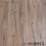 Carrelage courant de vinyle de Lvt de bâton de peau et d'individu dans la couleur en bois