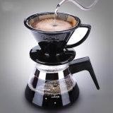 La main d'un poinçon tasse tasse de thé du filtre à café Filtre Filtre à café tasse en céramique