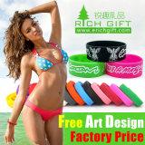 Anunciando o Wristband do silicone com as meninas feitas sob encomenda do logotipo adultas