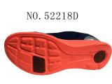 Deux chaussures d'espadrille de taille de couples de couleurs
