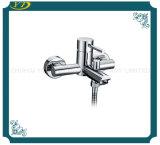 Хромированная двойные отверстия крепится к стене ванной комнатой под струей горячей воды