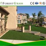 Erba sintetica verde naturale del cortile della villa da vendere