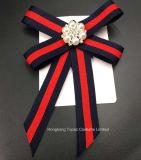 La mujer en el ojal de Cristal Flor Pajarita Jabot largo cuello Cravat Broches pasador (BR-22)