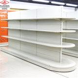 Preço de fábrica da prateleira do supermercado parcialmente em volta da prateleira principal