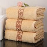 良質の綿のテリーの白いホテルの刺繍タオル