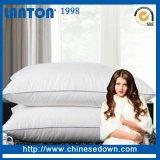 La fabbricazione dell'inserto dei cuscini giù mette le piume al cuscino, cuscino di manovella