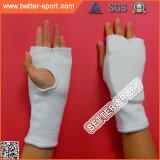 ボクシングの内部の手袋をトレインするスポーツ